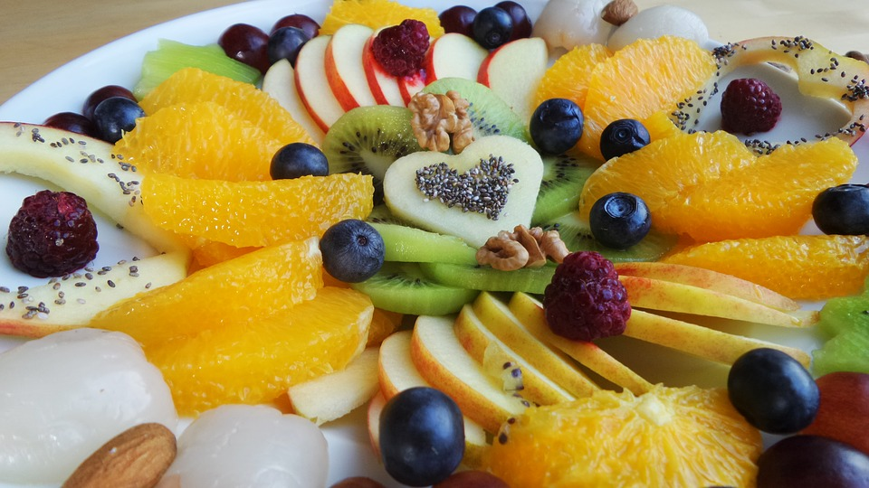 segmentación plato de frutas con un corazón