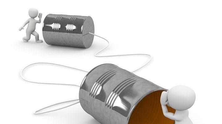la comunicación-teléfono de juguete con dos latas