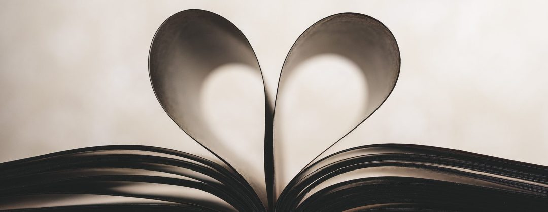 libro con unas hojas en forma de corazón
